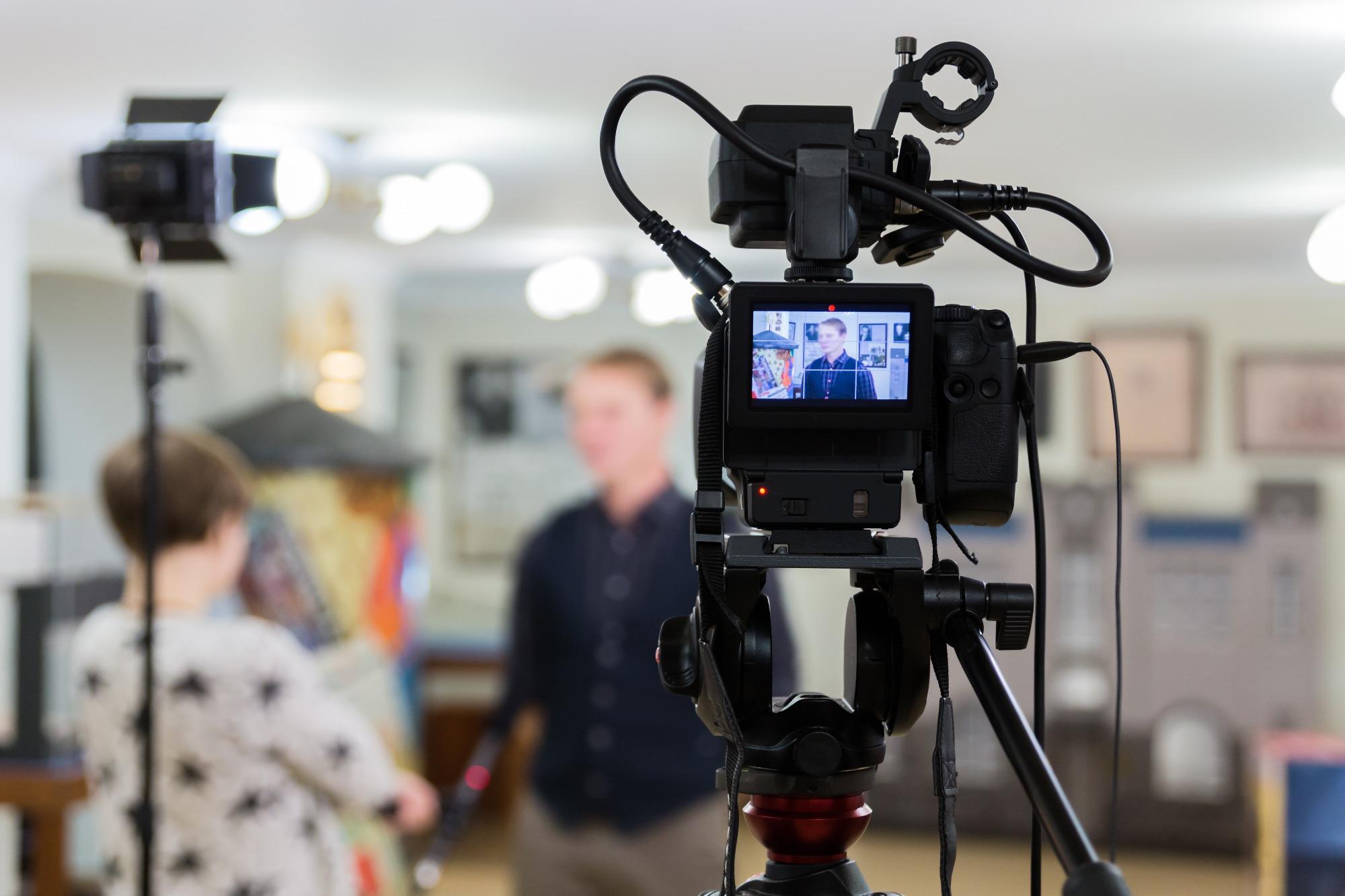 Caméra filmant des participants à un tournage vidéo