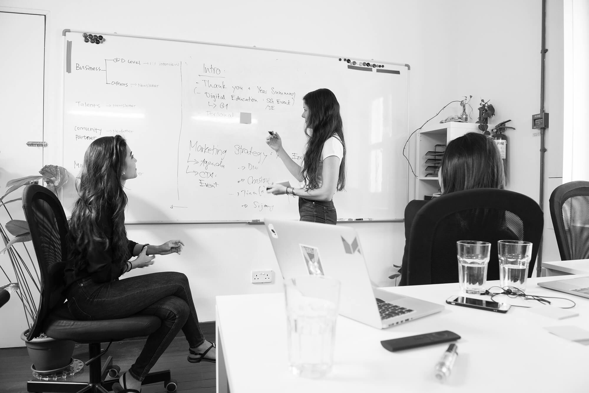 Plusieurs personnes réfléchissent à la définition d'une plateforme de marque IT