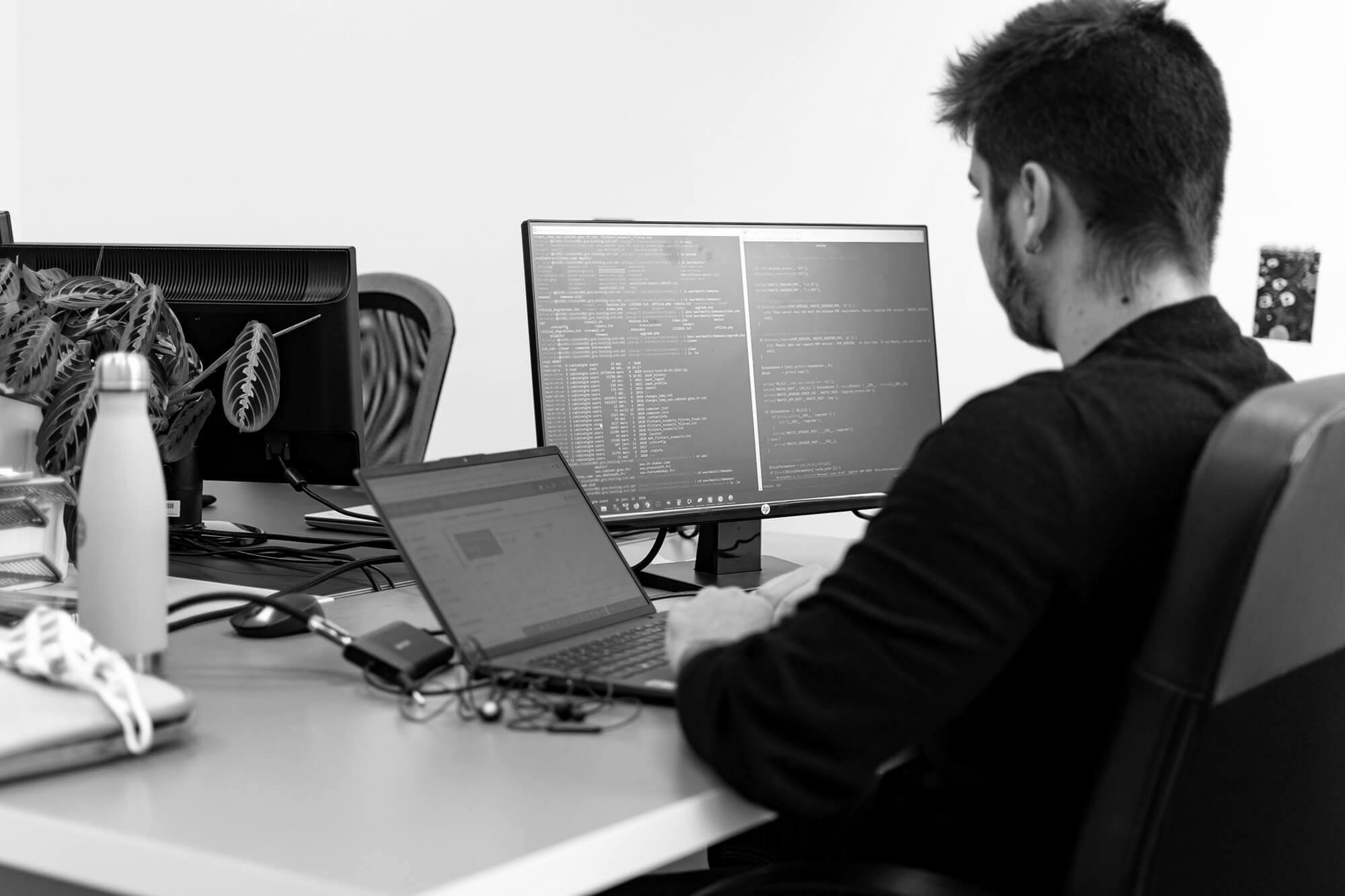 Développeur travaillant sur la compatibilité mobile d'un site web