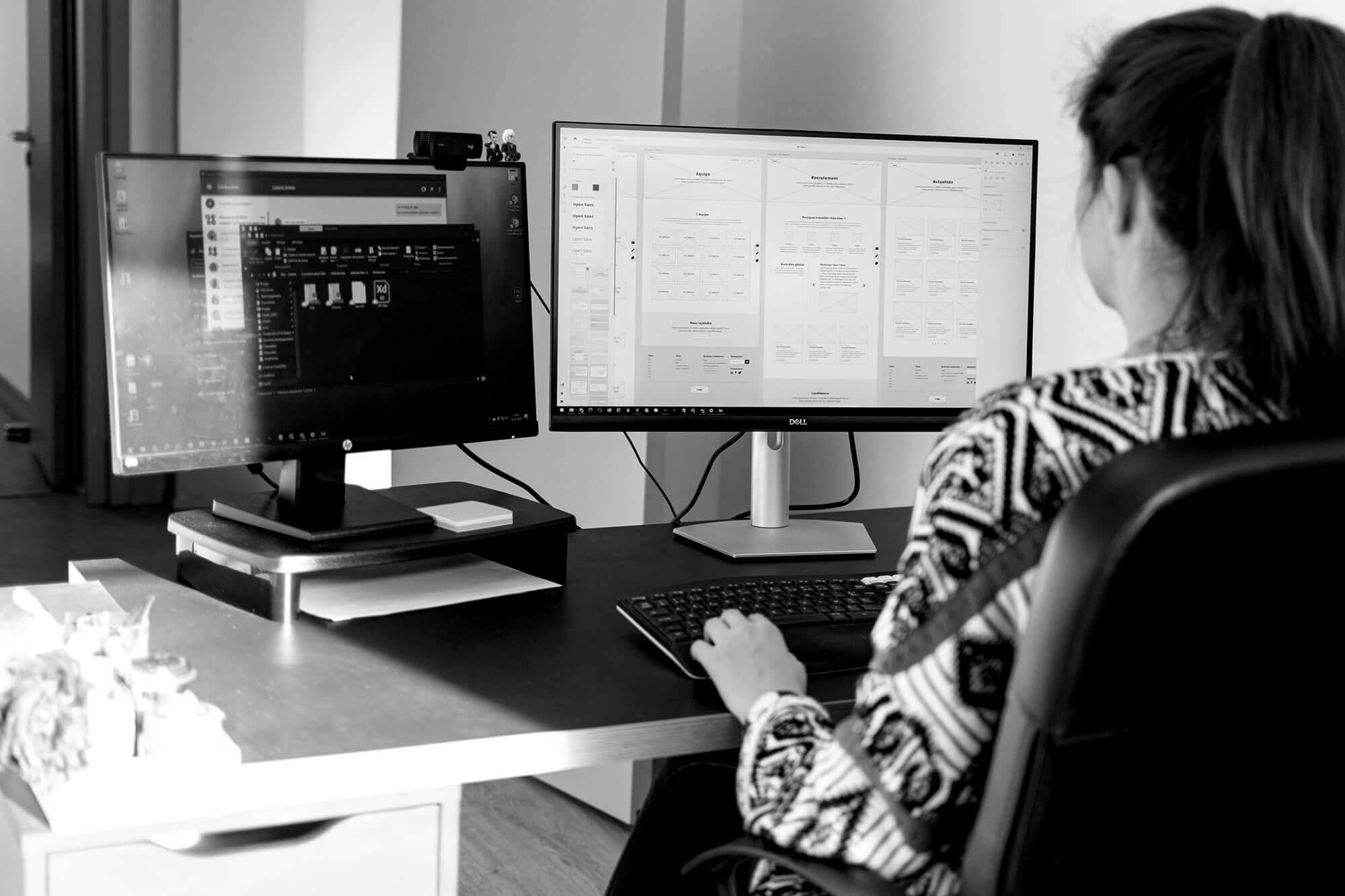 Webdesigner travaillant sur un site web IT