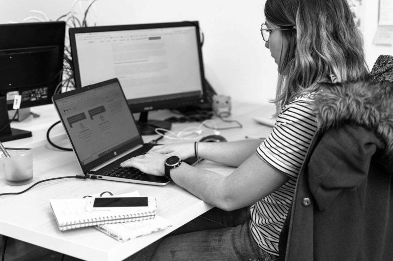Responsable de communication travaillant sur un plan de marketing digital pour le secteur IT