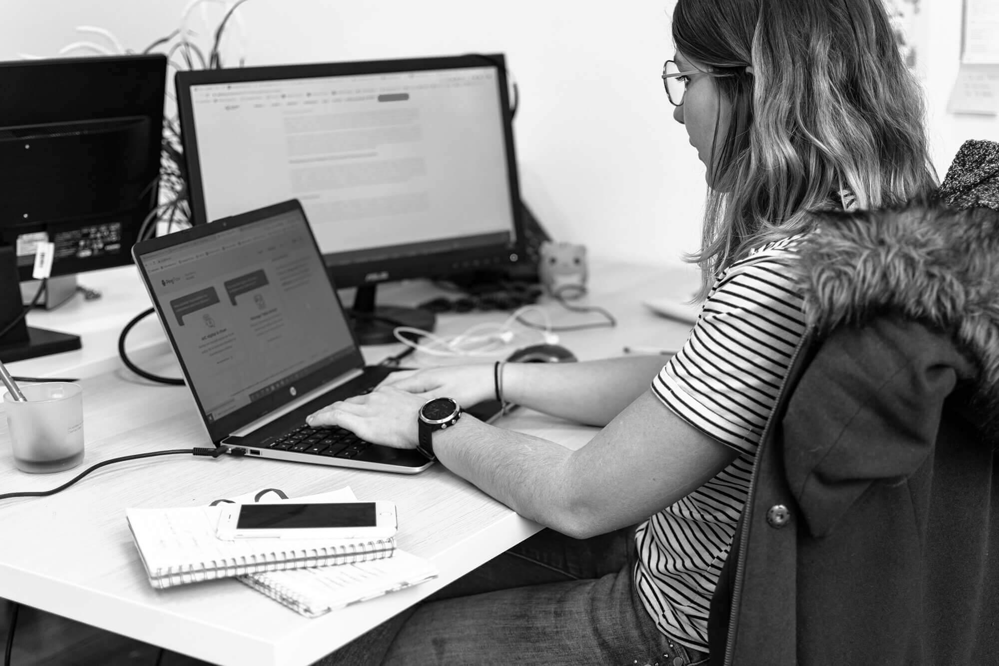 Jeune femme utilisant un ordinateur pour travailler