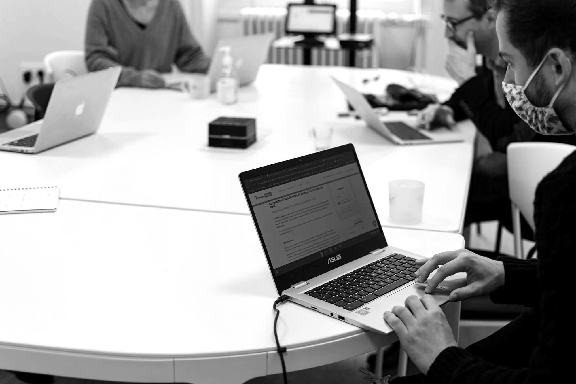 Groupe de personnes autour d'une table en réunion