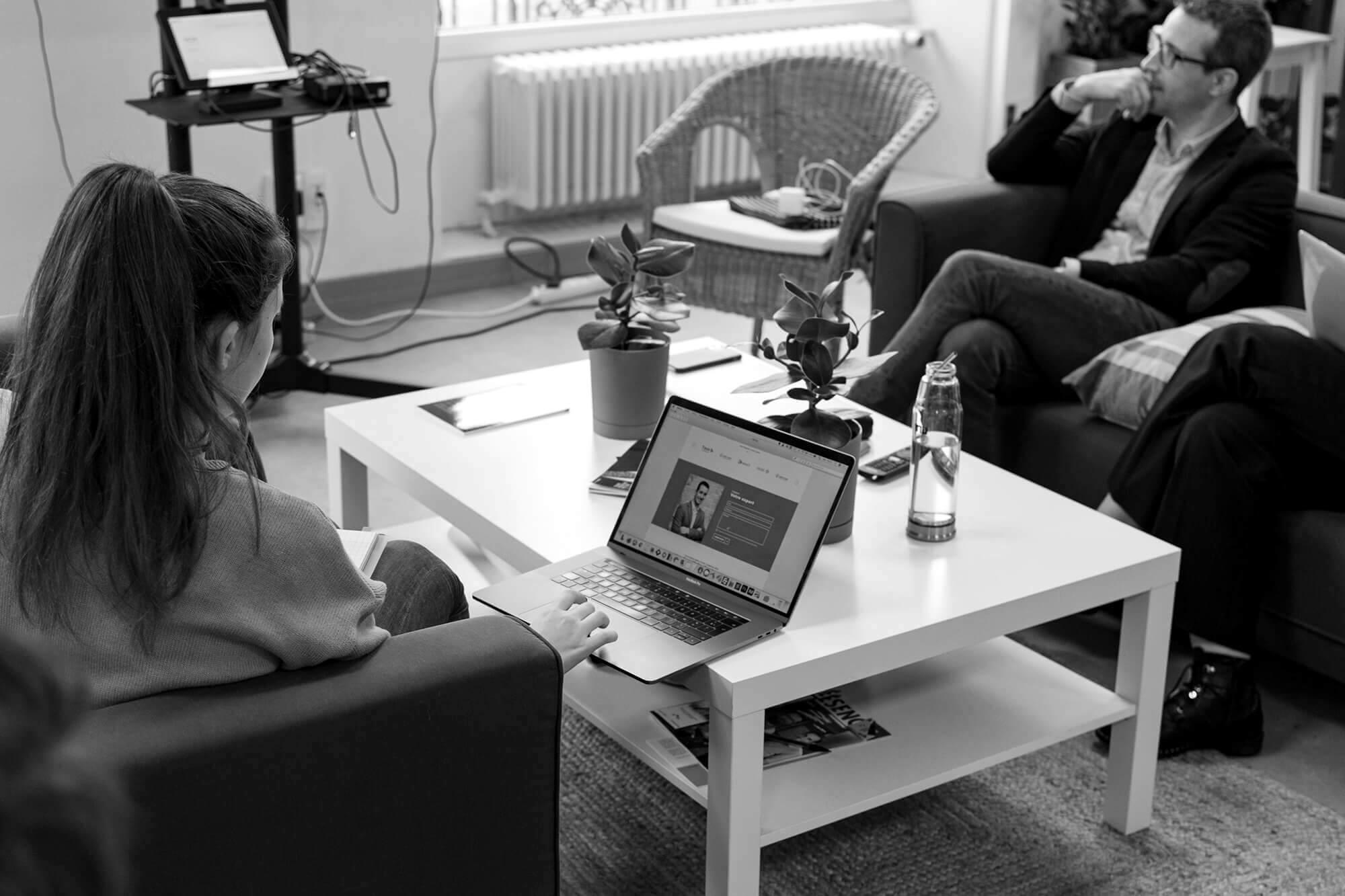 Réunion en agence de webdesign IT