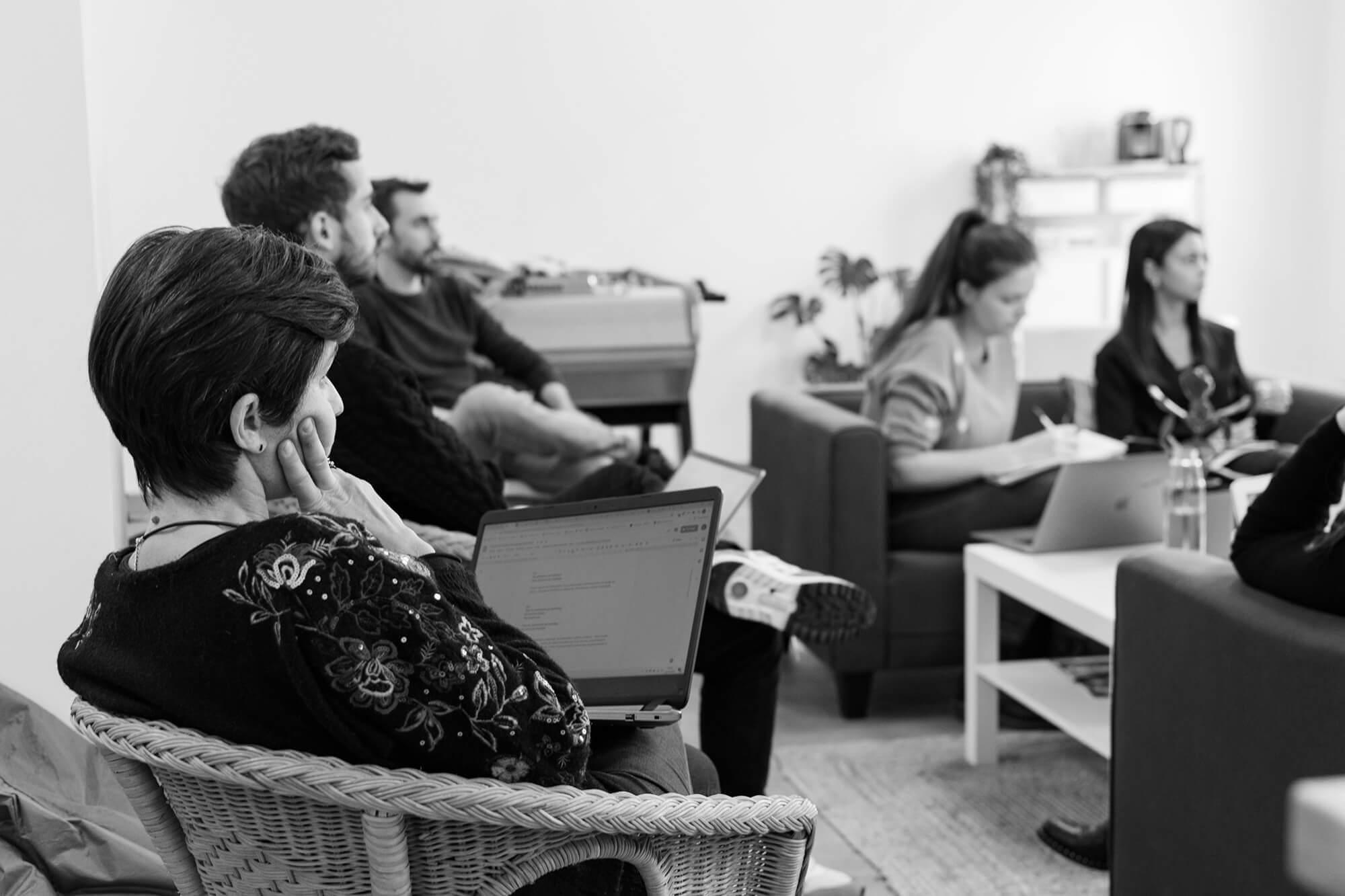 Groupe en discussion autour du marketing automation