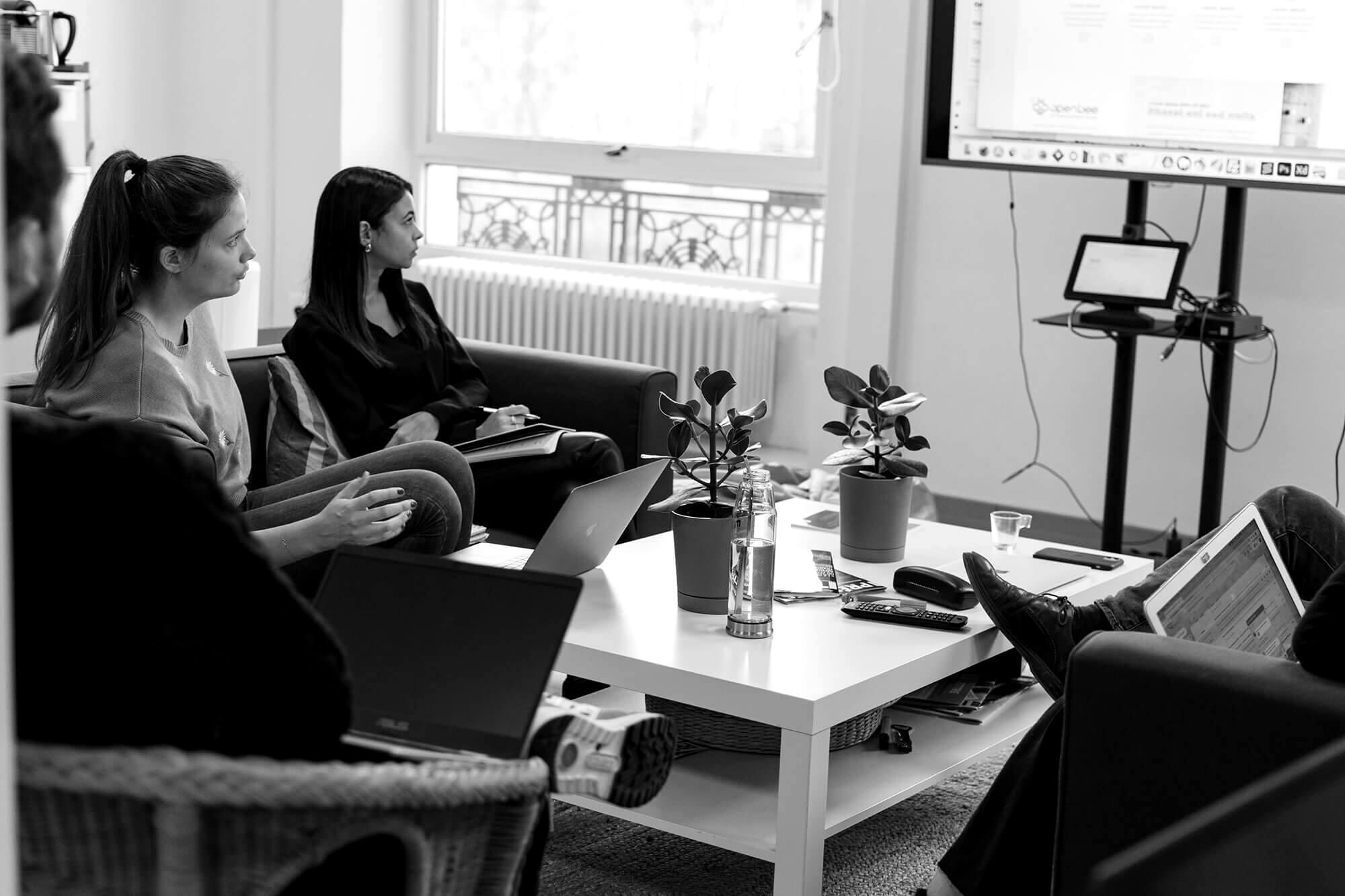 groupe de personnes réfléchissant à une stratégie web IT