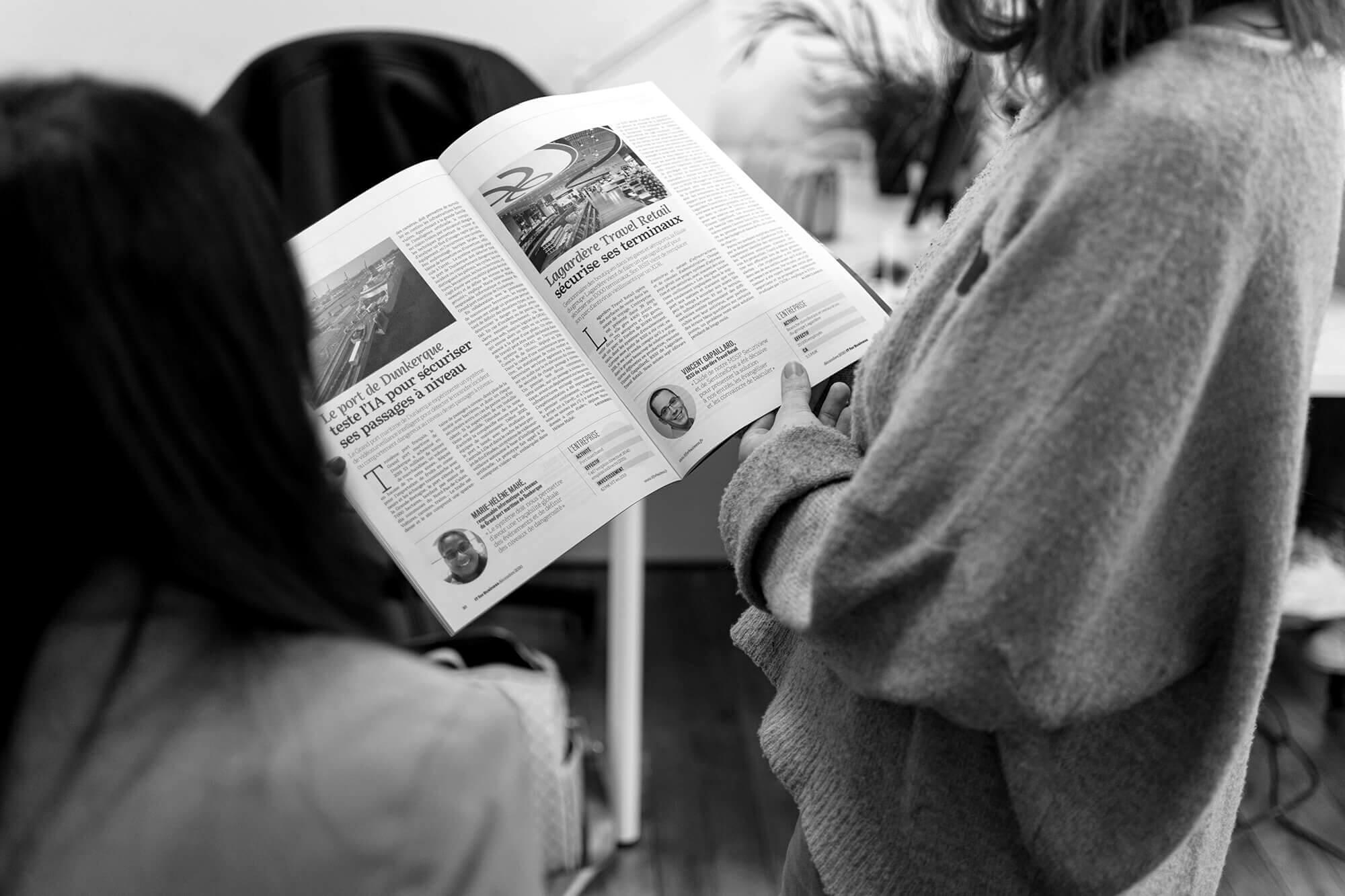 Deux personnes consultant un magazine IT