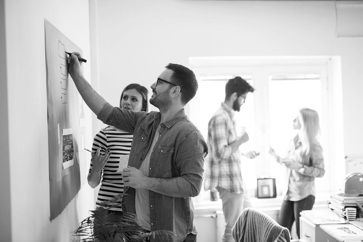 Personnes travaillant sur un projet en design thinking