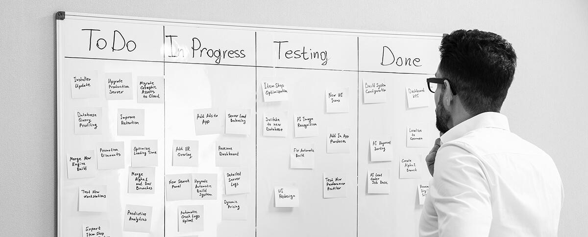 Personne consultant un tableau de gestion de projet agile
