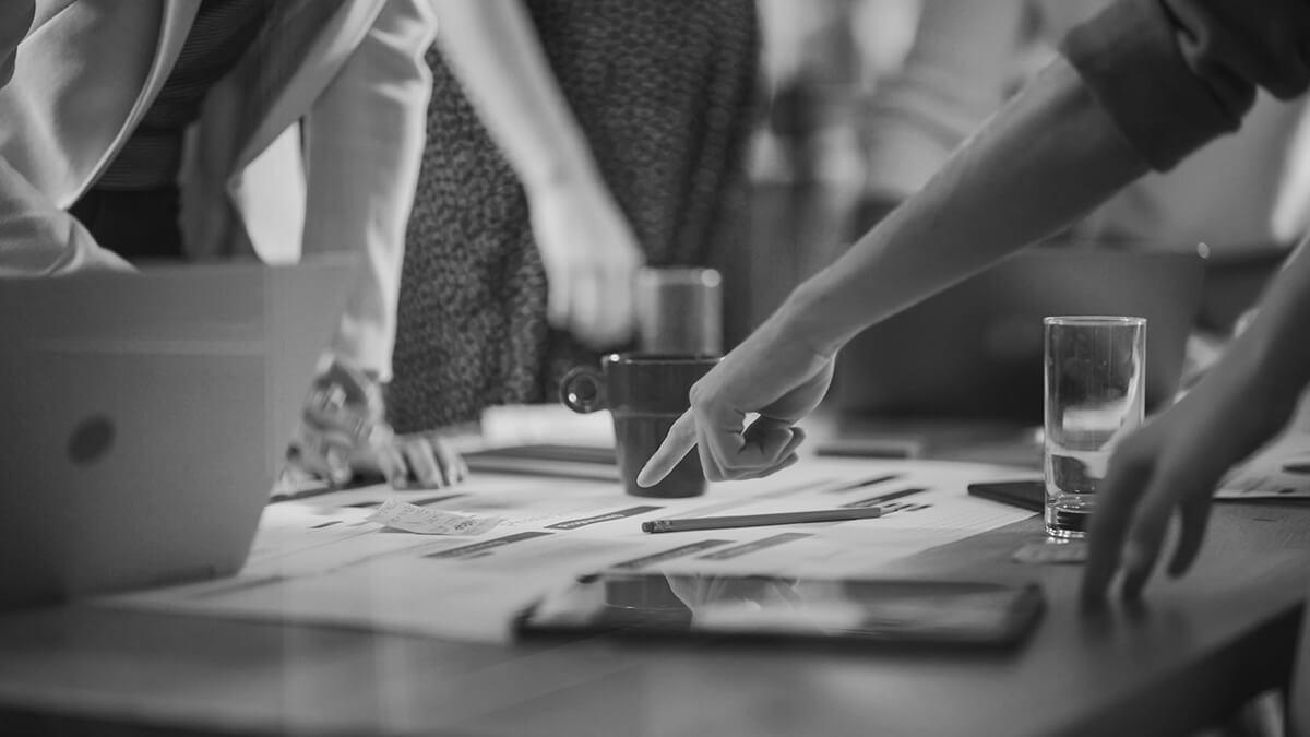 Collaborateurs en réunion dans une agence de communication intégrée