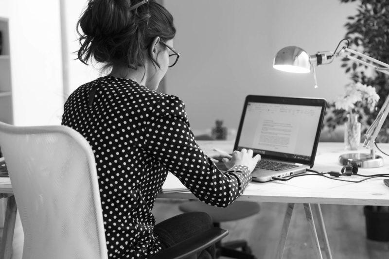 Jeune femme préparant l'envoi d'un emailing pour éditeur de logiciel