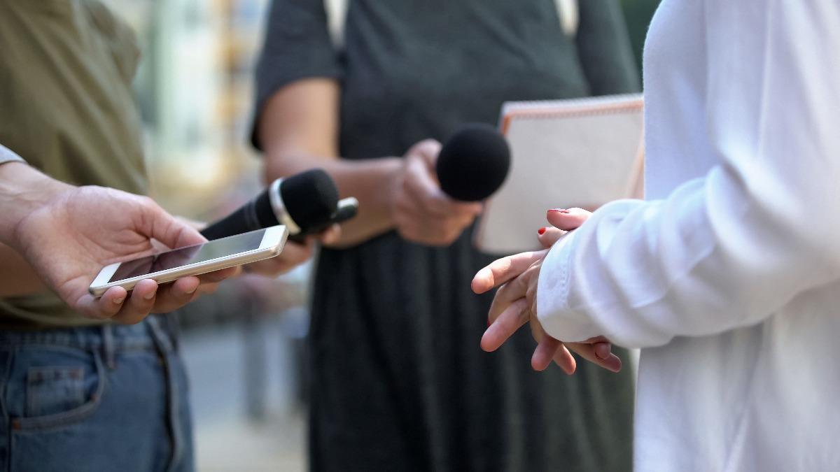 Personne répondant à des questions de journalistes