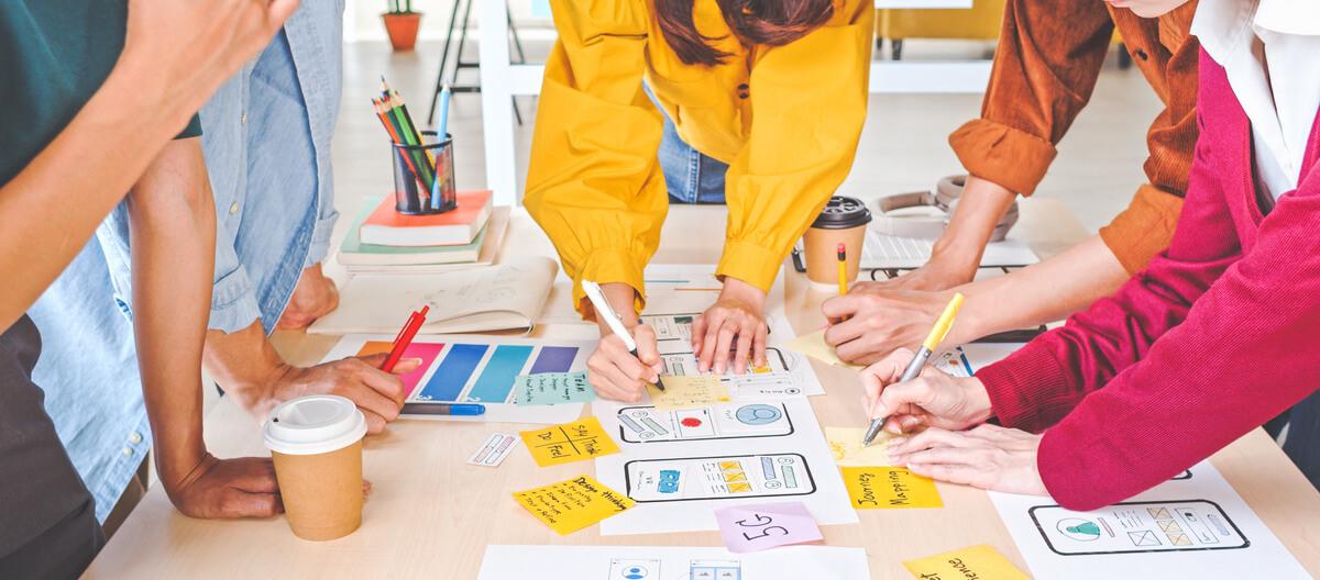 Équipe travaillant à la conception d'une application mobile