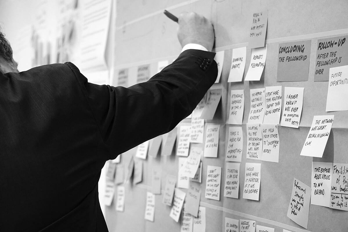 Conception d'une stratégie de community management pour un éditeur de logiciel avec des post-it accrochés au mur