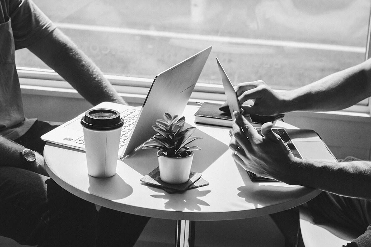 Échange entre deux personnes autour d'une table