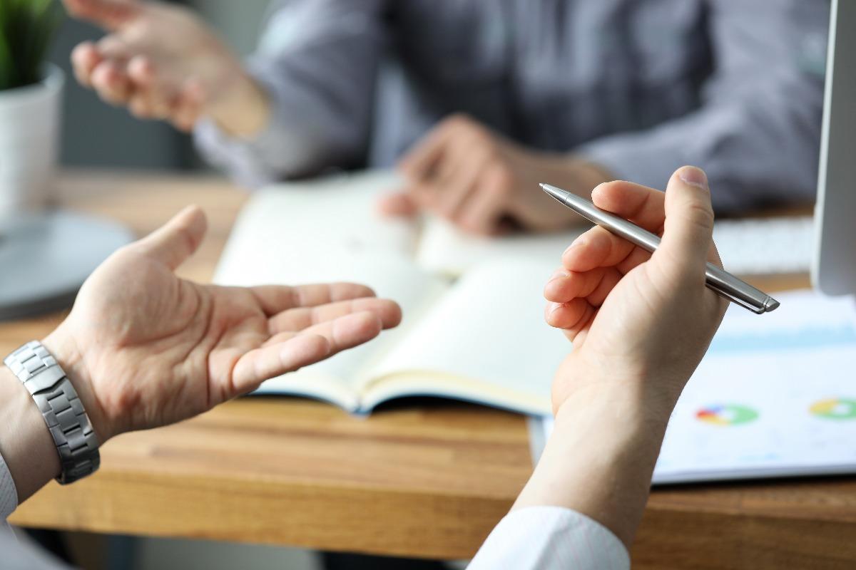 Deux personnes discutent des résultats d'une étude qualitative menée par leur cabinet