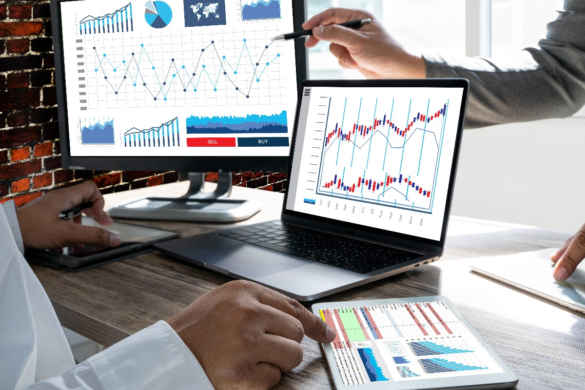 Personnes observant un graphique pour réaliser une étude de marché b2b