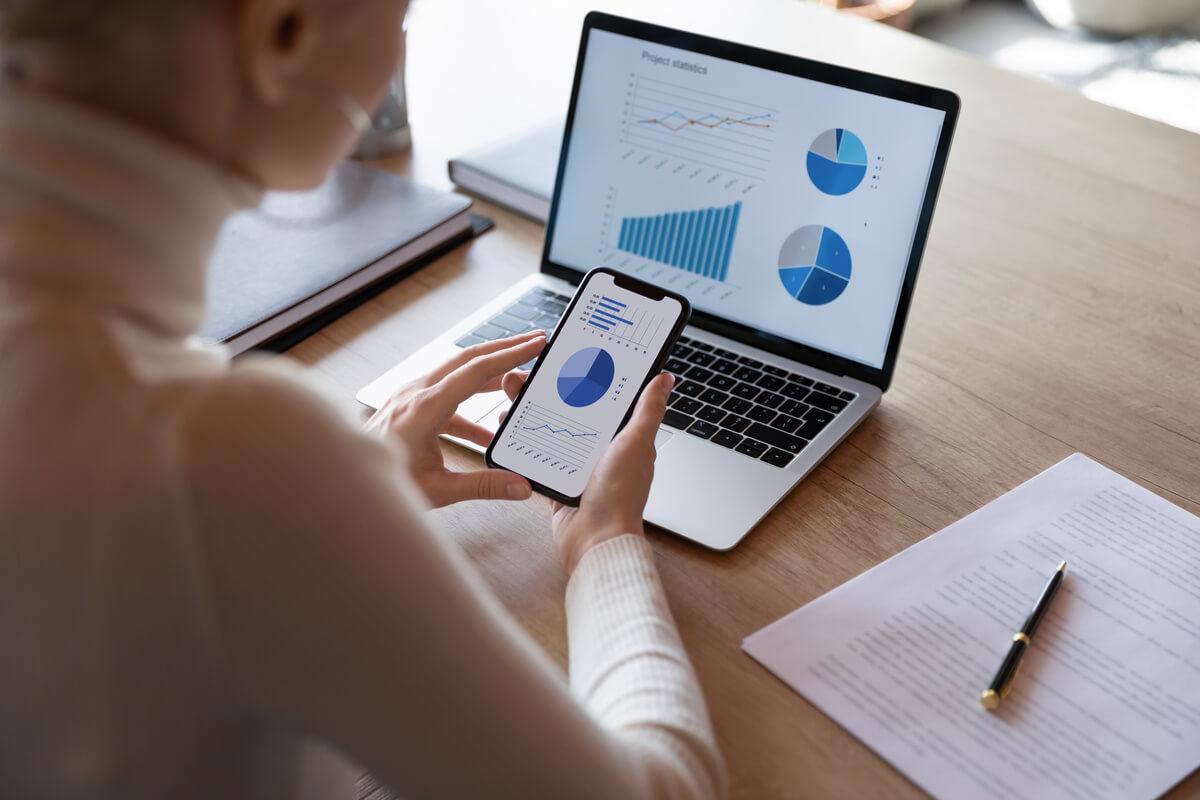 Homme consultant les statistiques d'un envoi d'emailing pour éditeur de logiciel