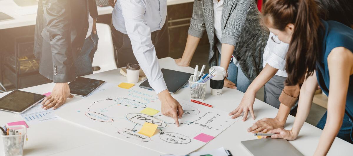Réunion pour définir une stratégie marketing IT B2B